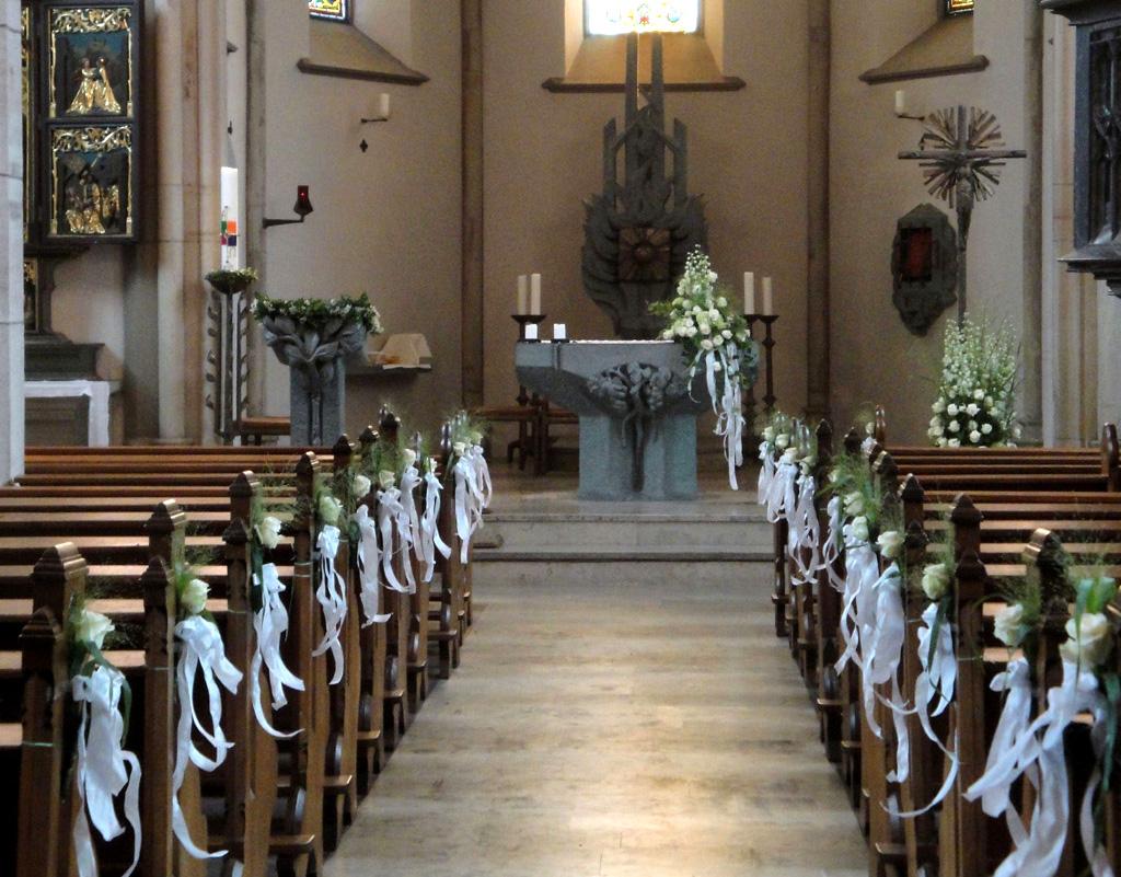 Kirchendeko hochzeit blumen ballenberger das - Dekoration diamantene hochzeit ...